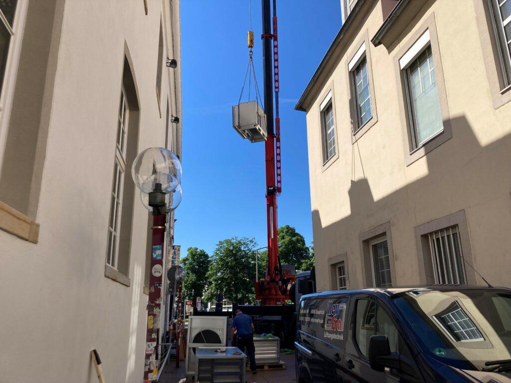 Am 10. Juni 2021 wurde das Kernstück der Lüftungsanlage geliefert und mit Hilfe eins Krans auf das Dach des Hauses gehoben.