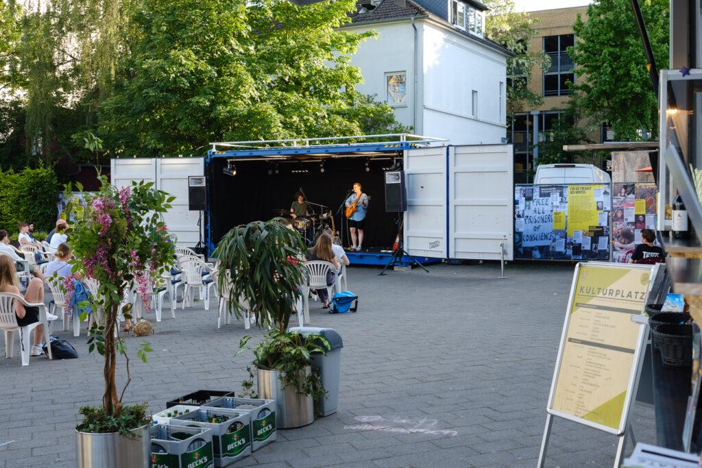 """Kulturetage Oldenburg / kreativ:LABOR - Ab Juni 2021 finden auf neu gestalteten """"Kulturplatz"""" an den Wochenenden und bei Anbruch der Dunkelheit Draußen-Kino und bunte Vorabendprogramme mit Musik, Literatur und Kleinkunst statt."""