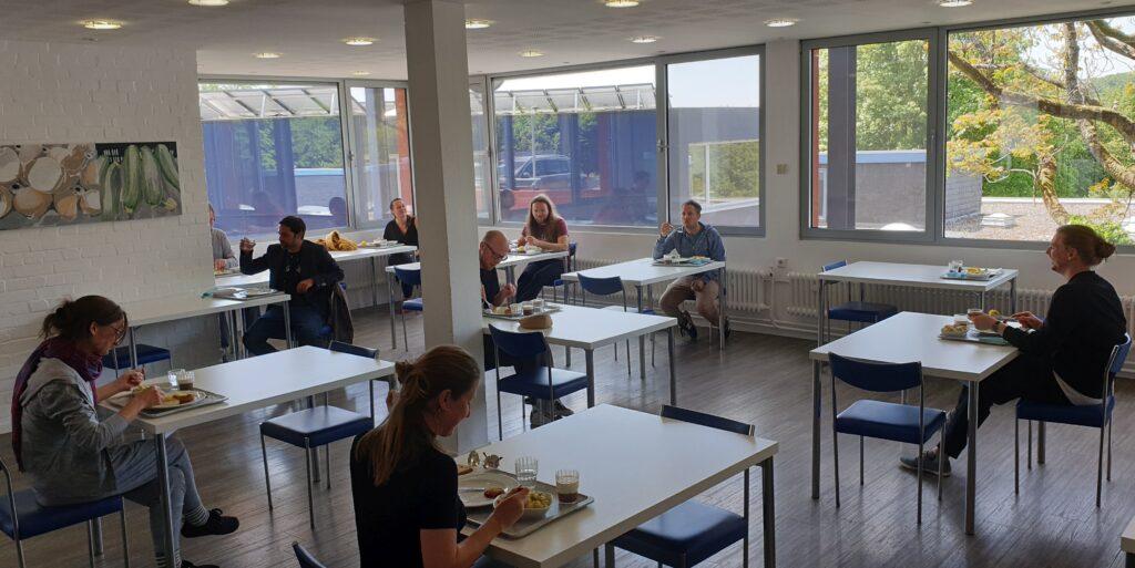 Akademie der kulturellen Bildung - Der erste Kurs nach der Wiedereröffnung übt sich beim Essen im Social Distancing.